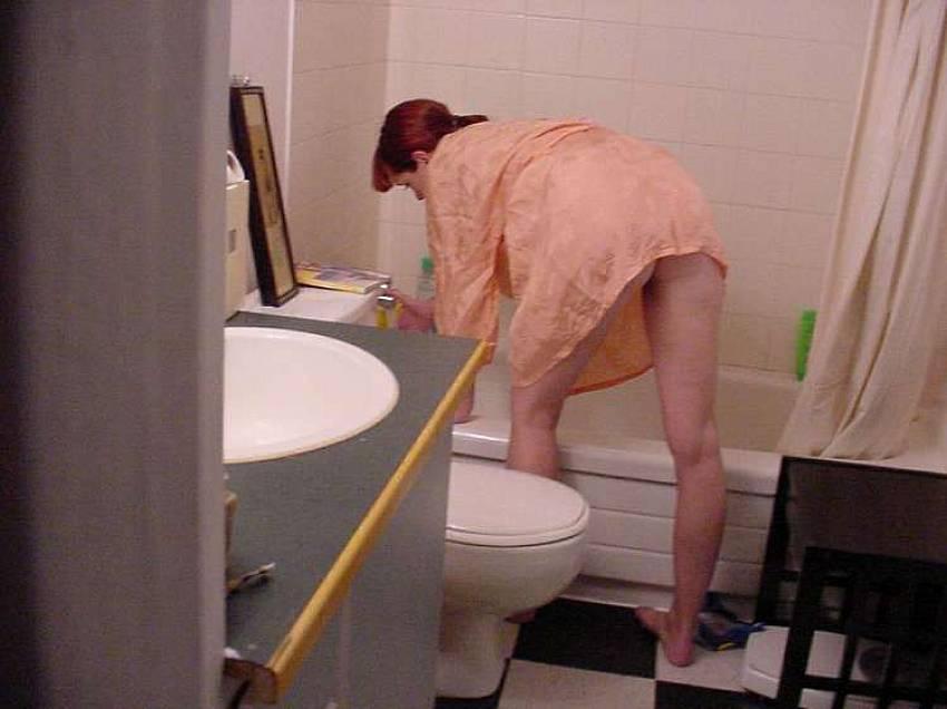 voyeur women going to the bathroom